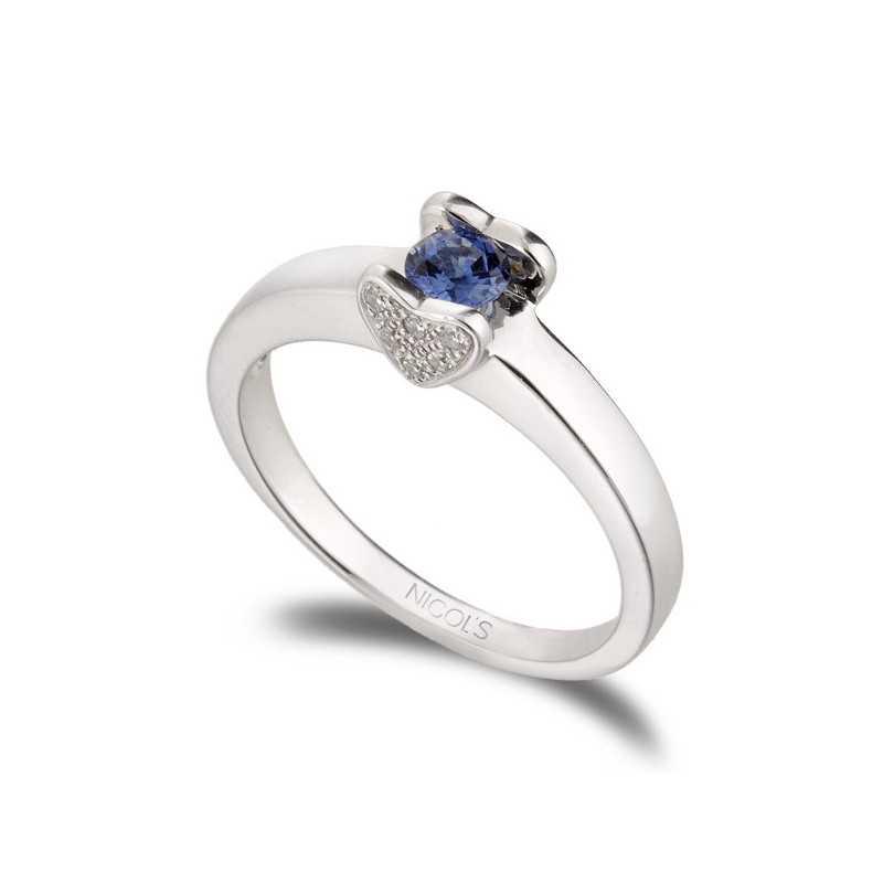 fafa0f0b630a Anillo de Zafiro LOVE HEART NICOL´S. Anillo con piedra central en engaste  presión sujeta por dos motivos en forma de corazón en pavé de diamantes.